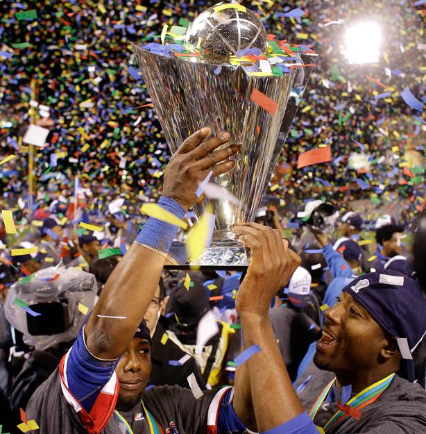 RD Celebra con trofeo WBC
