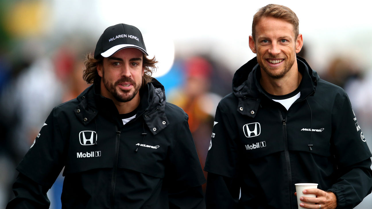 Fernando Alonso (izq.) y Jenson Button